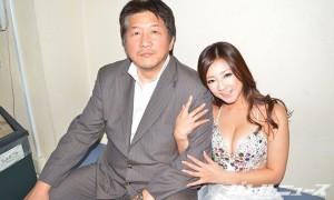 初音みのり嬢に腕を組まれて前田日明氏もご満悦の表情