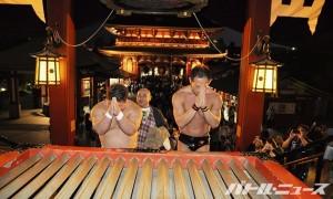 浅草寺でお参りをするマイケルと伊橋