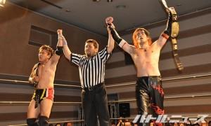 FUMAがヤスからピンフォールを奪い、UWA世界タッグ王者組がスマスカに勝利