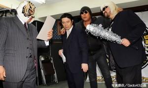 平井代表の写真をネタに貴闘力との対戦を要求する邪道軍