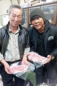 最高級ブランド肉『常陸牛』と制作4000頭の牛を育てる茨城県常陸牛協会会長と記念撮影する大仁田