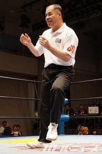 ノリノリの様子で登場した和田京平レフェリー