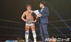 山里亮太さんに勝利者インタビューを受けるKO-D無差別級王座を奪取した飯伏
