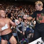 2015-5-22新日本プロレス後楽園大会_外道の勝利を祝福するオカダ