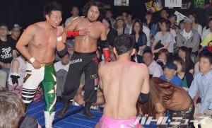 2015-6-1新宿二丁目プロレス16_忍が内田、ダイスケ、みねぴょんに最強決定戦を提唱