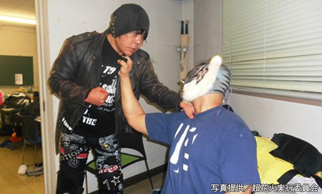 Gタイガーが大仁田のクビを執ように狙う