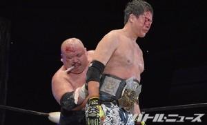 2015-7-20大日本プロレス両国_デスマッチヘビー級のベルトを伊藤の腰に巻くアブ小
