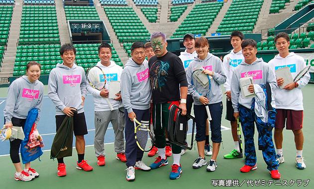 テニストーナメントに出場した死神が大会参加のプロテニスプレーヤーの方々と記念撮影