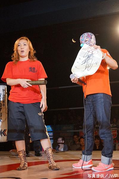 ボリショイとのJWP無差別級戦の調印書にサインした尾崎②