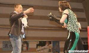 2015-11-7東京女子ラジアント_ミサヲにビー玉とりんごを渡す高木大社長