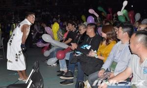 2015-12-13アウトサイダー大田区_大応援団にお辞儀をしながら入場してきた黒石